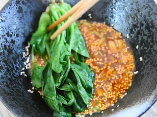 料理达人教你做重庆小面,又麻又辣又香!,水开后菠菜烫熟捞出,放入调料碗备用