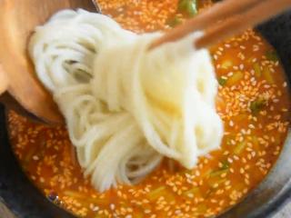 料理达人教你做重庆小面,又麻又辣又香!,再将面捞入碗中摆好造型