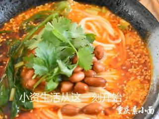料理达人教你做重庆小面,又麻又辣又香!,加少许香菜点缀即可