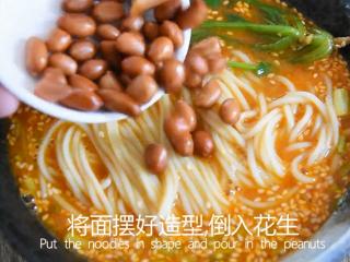 料理达人教你做重庆小面,又麻又辣又香!,倒入少许花生