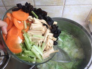 夏日减肥食谱之凉拌菜,都倒入锅内
