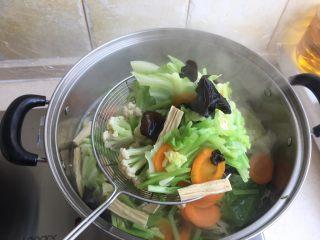 夏日减肥食谱之凉拌菜,用笊篱捞出