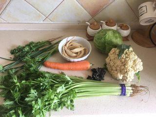 夏日减肥食谱之凉拌菜,准备食材,木耳放入水中发泡。