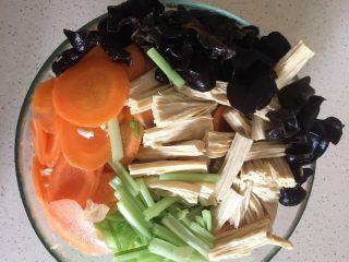 夏日减肥食谱之凉拌菜,准备好的食材 把发泡好的木耳也洗净放入