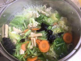 夏日减肥食谱之凉拌菜,煮开,直到都煮熟,煮软。