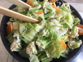 夏日减肥食谱之凉拌菜,放凉后用夹子夹一些出来(当天吃的)