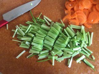 夏日减肥食谱之凉拌菜,芹菜洗净切5厘米左右