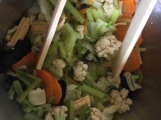 夏日减肥食谱之凉拌菜,这是剩下没拌的菜,放盐后装入保鲜袋,放入冰箱,调低温度,最好三天内吃完。
