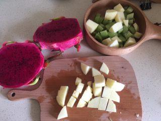 夏日果味酵素饮品,猕猴桃去头去尾,然后切块,苹果中间的芯不要。要用平时切水果的板子,跟刀。