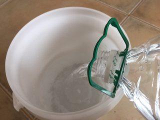 夏日果味酵素饮品,倒入4.5升水 备用