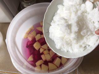 夏日果味酵素饮品,白糖也倒进去