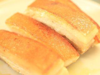 干笋烧肉,肉皮煎脆即可,捞出晾凉。