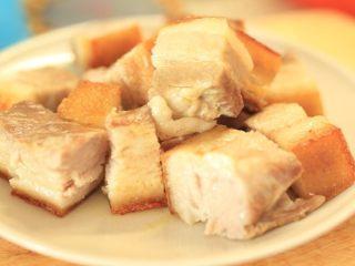 干笋烧肉,将五花肉切大块,切时动作要快,肉皮在下面。