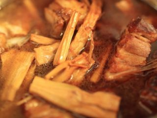 干笋烧肉,大火煮开后转小火煮1小时以上,这中间不要用铲子或勺搅,会破坏五花肉。