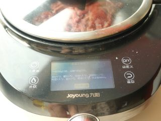 黑椒牛柳,炒菜机选择杭椒牛柳程序,开启炒菜机。