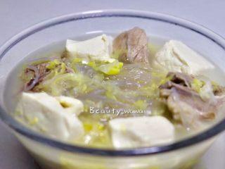 家乡记忆—酸菜排骨汤(东北菜),起锅装盘,想要喝汤的话可以再加入少许盐调味,不然汤底太淡。