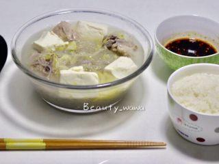 家乡记忆—酸菜排骨汤(东北菜),盛一碗米饭,配一碗蘸料,一个人静静地享受惬意的用餐时光吧。