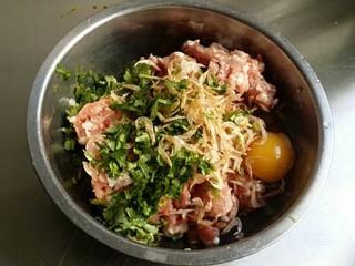 鱼香白菜卷,肉末加葱、姜、香菜末、虾皮、鸡蛋液、盐、料酒、香油,顺着一个方向搅打上劲