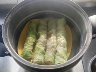 鱼香白菜卷,白菜卷上笼用中火蒸10分钟