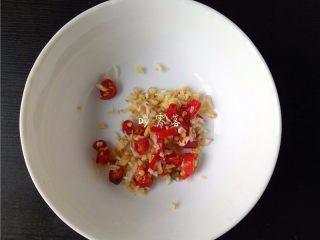 菠菜拌粉条,老姜、大蒜、小米辣分别洗净,切末;
