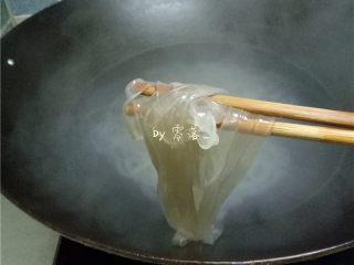 菠菜拌粉条,放入粉条煮熟,捞出;