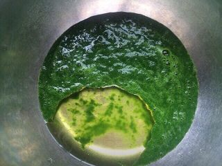 虎皮菠菜蛋糕卷,打好的菠菜泥称出100克,加入玉米油搅拌混合均匀。