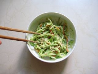 牛油果紫菜包饭:适合夏季的高营养清爽主食,6.拌匀备用。
