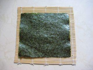 牛油果紫菜包饭:适合夏季的高营养清爽主食,9.寿司海苔铺在寿司帘上。