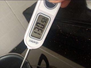 法式牛扎糖-水饴版,把水饴煮至130-140度,这个温度之间都是可以的。 我是煮到130的。