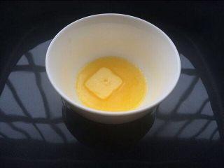 法式牛扎糖-水饴版,煮水饴的过程把黄油融化成液体状态备用,可以隔水或微波炉融化。