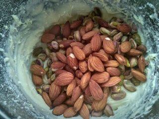 法式牛扎糖-水饴版,最后加入开心果,杏仁搅拌均匀。