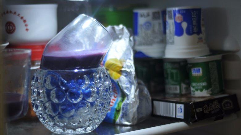 紫薯芒果杯子慕斯,放入冰箱冷藏至变硬