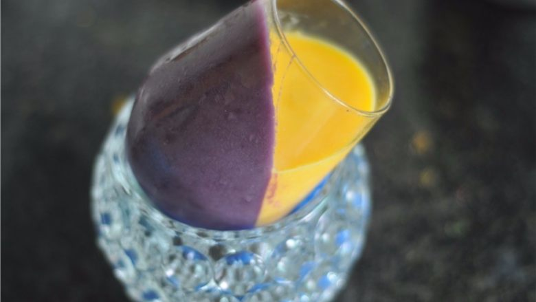 紫薯芒果杯子慕斯,将杯子斜过来,倒入芒果慕斯,继续放入冰箱冷藏至变硬