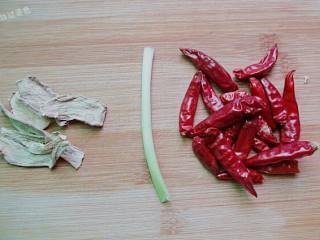 水煮毛豆,准备葱段,姜片,干辣椒