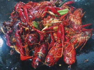 川味儿麻辣小龙虾,再倒入小龙虾 大火继续翻炒