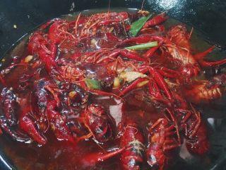 川味儿麻辣小龙虾,待小龙虾炒成红色后 倒入适量水(刚淹没小龙虾)盖上锅盖大火煮