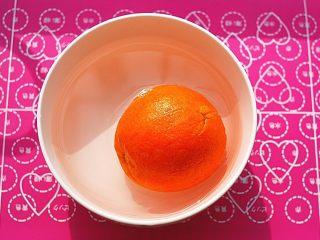 鲜橙磅蛋糕,碗里装凉开水,放入少许小苏打粉搅匀,撒上少许盐在橙子上,用力抹,务必要将表皮的蜡洗去,然后放水中静置一会儿,再冲干净