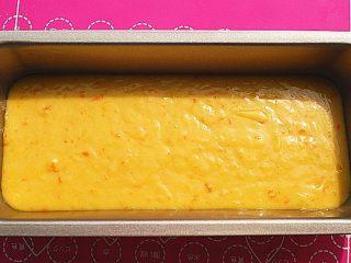 鲜橙磅蛋糕,从高处倒入蛋糕模,约为模具1/2高度多一点左右,烤箱预热10分钟,160度,中层,40分钟左右,稍微放凉一些,即可脱模,脱模后,表面刷一层之