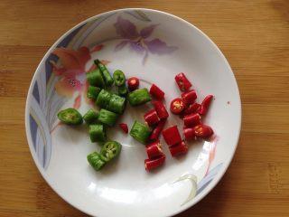 捞汁木耳,青、红小米椒切丁