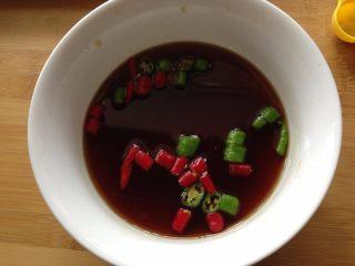 捞汁木耳,加入青、红小米椒浸泡成捞汁