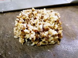 香菇肉滑蒲瓜汤,香菇泡发后切成细末。