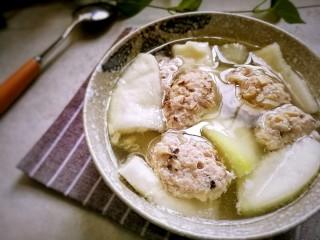 香菇肉滑蒲瓜汤,起锅前加适量盐调味,完成。