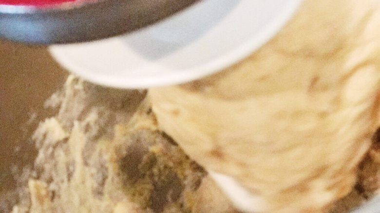 Kugelhopf咕咚霍夫蛋糕,加室温软化了的黄油,继续,搅拌钩上,慢速,直到钵壁光滑,面团紧紧抱团在搅拌钩上。嗯,谢谢我的小红(我的厨房机是红色的故此得名)。这个过程还真花了些时间,大概需要10分钟的样子。