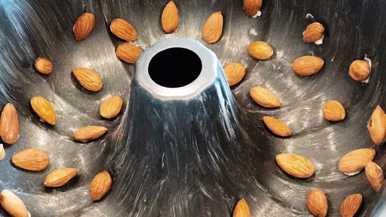 Kugelhopf咕咚霍夫蛋糕,面团发起来后,按下去,再让它发酵45分钟,第二次发酵……期间,你可以干这个事情:用开水,泡杏仁1分钟,沥干水分;用融化了的黄油,刷烤模的壁,然后人工蒋杏仁一颗一粒地贴在壁上。