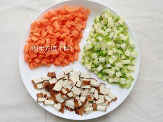 翡翠凉拌面,胡萝卜小南瓜豆干洗净切丁备用;
