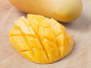 热带风情混合果汁,芒果去皮、去核然后切块。