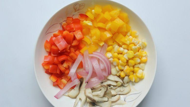 鸡肉蔬菜披萨,把准备好的蔬菜放入一个大盘子里,蒸汽烤箱先预热,选择纯蒸功能温度115度预热5分钟后