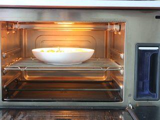 雞肉蔬菜披薩,把蔬菜先放烤箱里的中層,烤箱里的水箱裝好水,開啟純蒸功能115度10分鐘就好