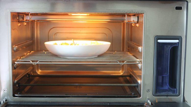 鸡肉蔬菜披萨,把蔬菜先放烤箱里的中层,烤箱里的水箱装好水,开启纯蒸功能115度10分钟就好