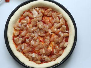 雞肉蔬菜披薩,再放上腌制好的雞肉,平鋪在上面就好